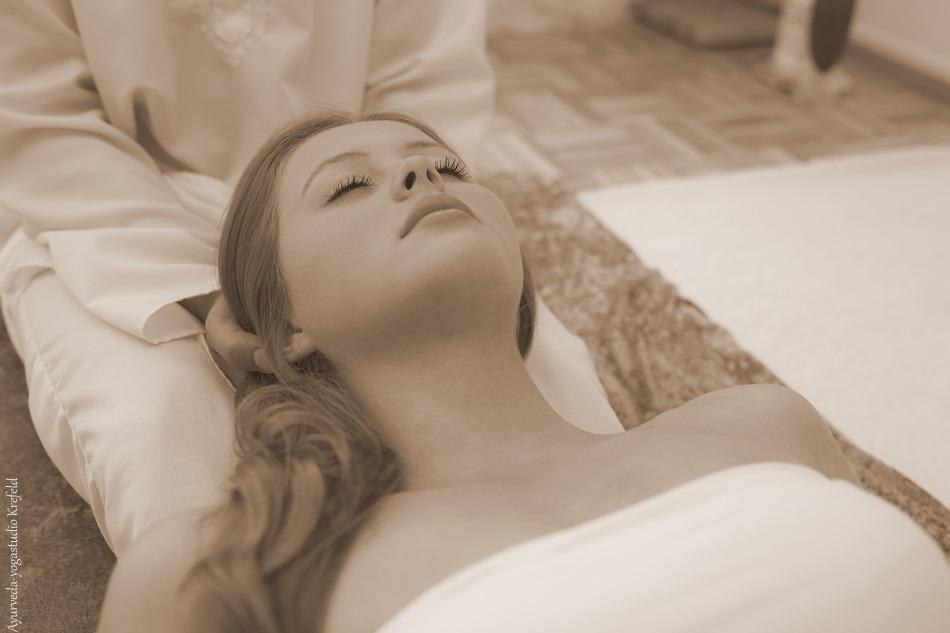 Yoga Therapie halten Sepia 950 x 633